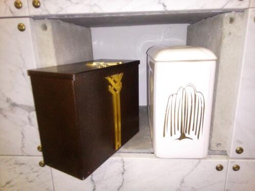 Fém és porcelán urna fülkében